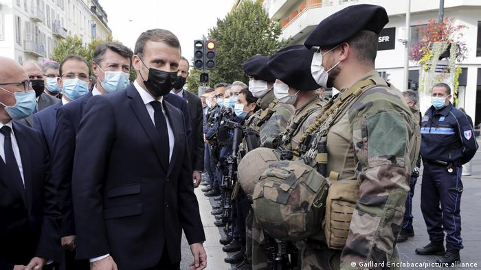 Emanuel Makron i pripadnici snaga bezbednosti Francuske