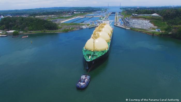 Rebocando um petroleiro de uma eclusa no Canal do Panamá
