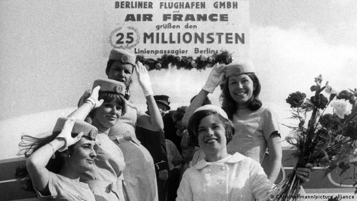 The Air France crew welcomes 25 millionth passenger to Tegel (Chris Hoffmann / Picture Alliance)