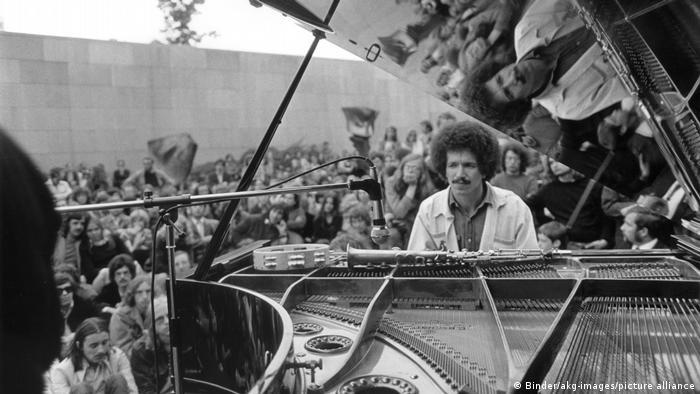 Keith Jarrett hinter einem aufgeklappten Konzertflügel
