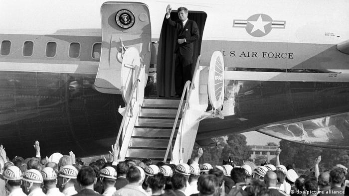 John F. Kennedy exiting a plane in Berlin in 1963 (dpa / picture alliance)