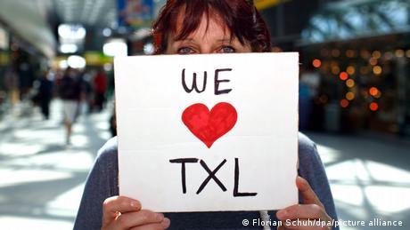 Za mnoge je Tegel - TXL na jeziku aerodroma - mnogo više od aerodroma. On je bio simbol slobode bivšeg zapadnog Berlina i kod mnogih izaziva duboke emocije. Zato su brojni protestovali protiv njegovog zatvaranja. Međutim, uzalud. Juče je sa piste berlinskog aerodroma Tegel zadnji put poletio avion. Od danas je on zvanično zatvoren.
