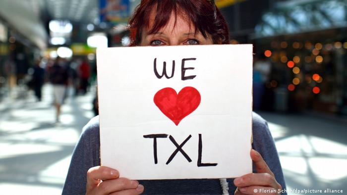 GermanyBerlin |  Berlin-Tegel Airport - woman holding a sign declaring her love for Tegel Airport (Florian Schuh / dpa / picture alliance)