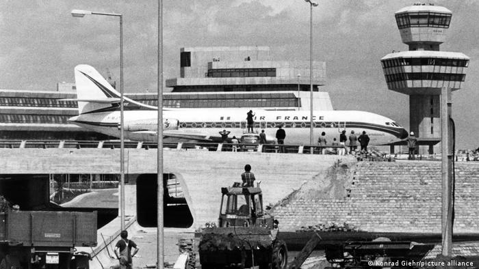 Air France plane at Tegel airport in 1974 (Konrad Giehr / picture alliance)