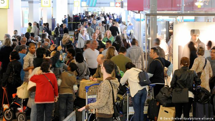 Crowded check-in counter at Tegel Airport (Gero Breloer / dpa / picture alliance)