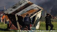 Argentinian police tear down makeshift homes in Guernica, near Buenos Aires (Natacha Pisarenko/AP/dpa/picture alliance)