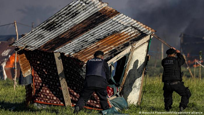 Argentinian police tear down makeshift homes in Guernica, near Buenos Aires