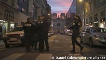 عناصر الشرطة الفرنسية تطوق الطريق إلى كنيسة نوتردام في نيس بعد هجوم إرهابي أودى بحياة ثلاثة مصلين.