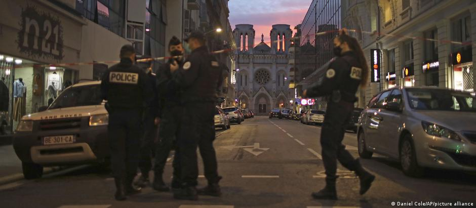 Police work behind a restricted zone near the Notre Dame church in Nice (Daniel Cole/AP/picture alliance)