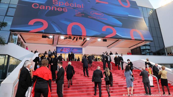 Menschen laufen über den roten Teppich des Mini-Festivals in Cannes