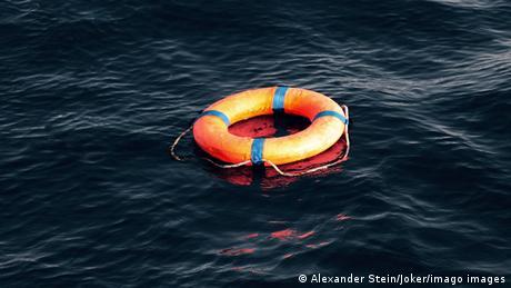 Leerer Rettungsring auf dunklem Wasser