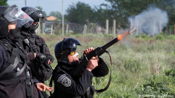 Foto de policía argentino lanzando gas contra las personas de Guernica