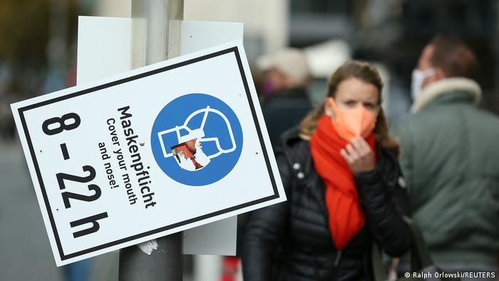 Cartaz avisa em alemão sobre uso de máscara