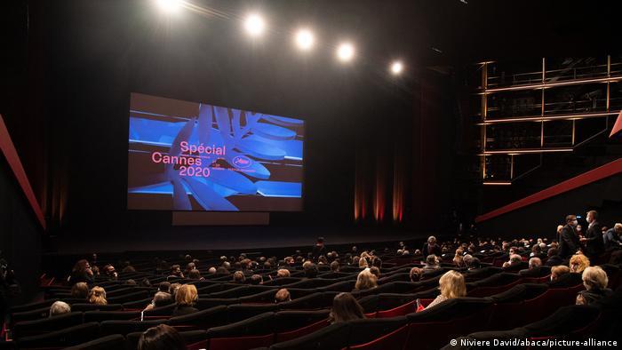 Dünn besetzter Kinosaal, auf der Filmwand ist Cannes Spezial 2020 zu lesen (Foto: Niviere David/abaca/picture-alliance).
