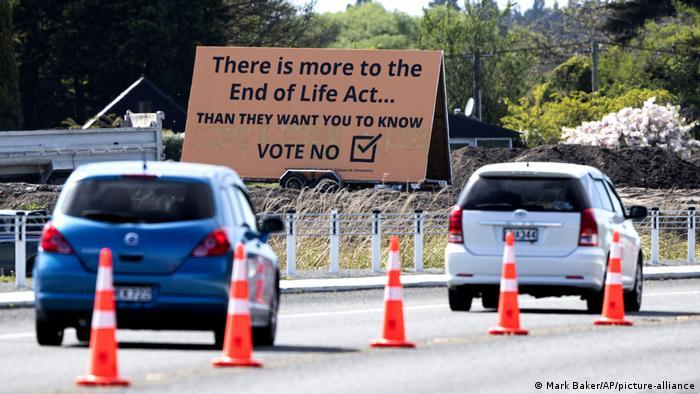 Stimmt gegen Euthanasie - Plakat in Neuseeland (Mark Baker/AP/picture-alliance)