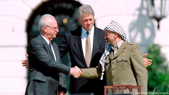 Bil Klinton između Jicaka rabinia (lijevo) i Jasera Arafata u Oslu