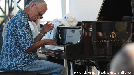 Keith Jarrett sitzt am Klavier und spielt (Franck Fernandes/dpa/picture-alliance )
