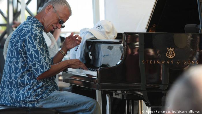 Keith Jarrett sitzt am Klavier und spielt