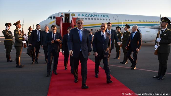 قاسم جومارت توقایف، رئیس جمهور کازاخستان در رتبه چهارم لیست شرکت استراتوس قرار دارد. او با ایرباس ۲۰۰- ۳۳۰ آ که داخل آن به تجهیزات لوکس مجهز است پرواز میکند. هزینه سالانه آن ۴ میلیون و ۴۶۰ هزار دلار برآورد شده است.