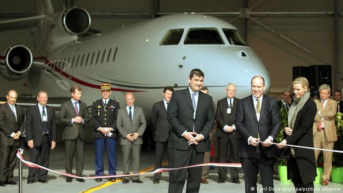 آلبرت دوم، پادشاه موناکو (در اینجا در حال افتتاح آشیانه اختصاصی خود) برای مسافرت از جت خصوصی داسو فالکون ۷ ایکس استفاده میکند. هزینه سالانه استفاده از این هواپیما یک میلیون و ۵۰ هزار دلار است.