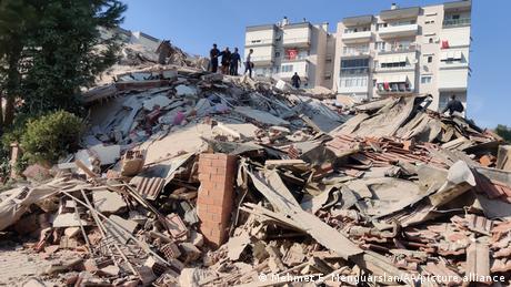 Türkei Izmir   Erdbeben Stärke 6,6 erschüttert Ägäis-Küste (Mehmet E. Menguarslan/AA/picture alliance)