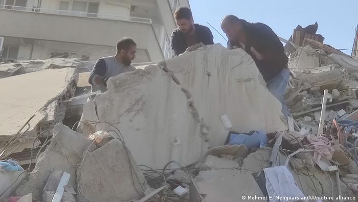 El sismo en Izmir, Turquía, derribó varios edificios, y se teme que haya un gran número de víctimas.