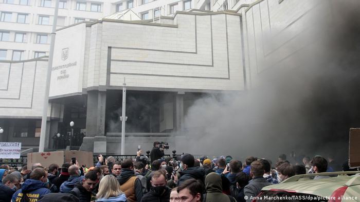Протести під КСУ проти скандального рішення, яке скасувало низку антикорупційних норм