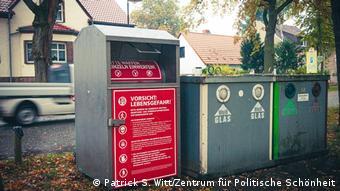 Контейнер для сбора оружия, установленный в одном из немецких городов активистами Центра политической красоты