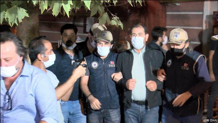 كثيرا ما تقوم الشرطة باعتقال قادة من حزب الشعوب، هنا مثلا اعتقال زيات سيلان