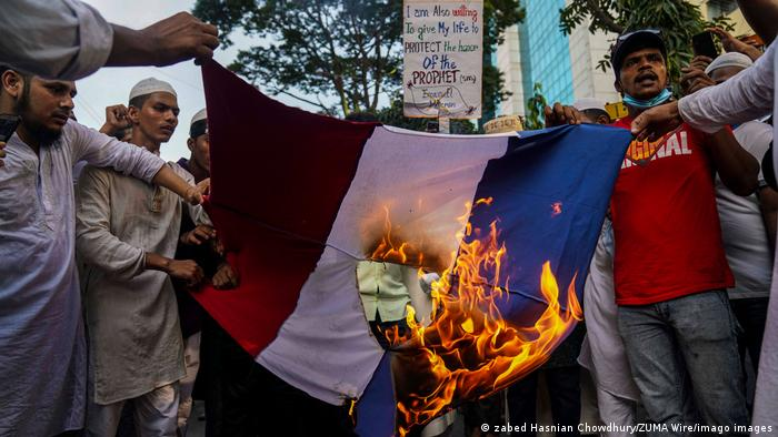 Demonstranten in Bangladesch verbrennen eine französische Flagge (zabed Hasnian Chowdhury/ZUMA Wire/imago images)