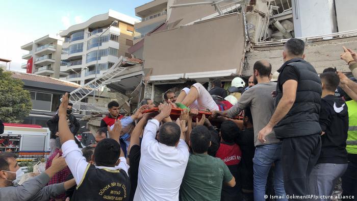 İzmir'de enkaz altındakileri kurtarma çalışmaları sürüyor