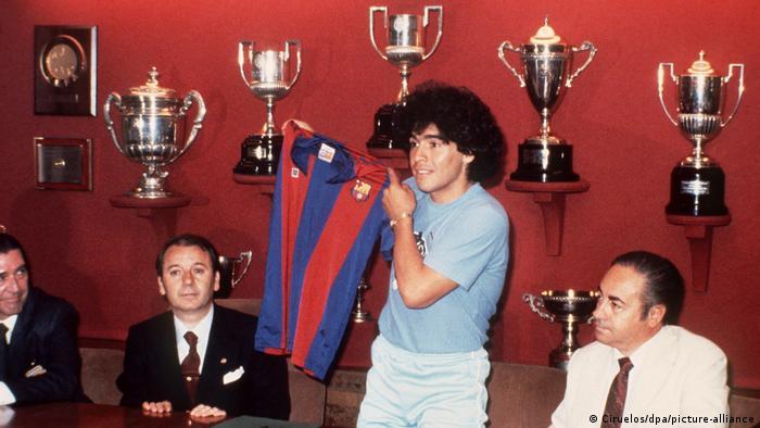Maradona en su arribo a Barcelona FC.