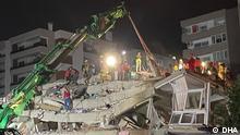 رجال الانقاذ يبحثون عن ناجين تحت الانقاض بعد زلزال ضرب إزمير