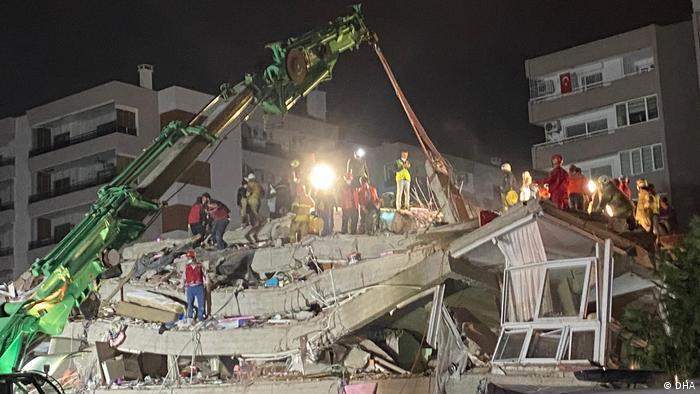Escombros após terremoto em Izmir, na Turquia