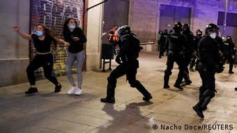 Полицейские дубинками разоняют протестующих в Барселоне