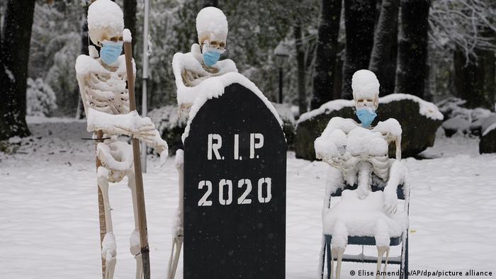 Инсталляция на американском кладбище, октябрь 2020 года