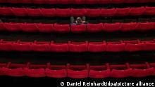 BdTD | Deutschland | Hamburg: Ein Mann sitzt mit weitem Abstand zu anderen Gästen in einem Kinosaal der Zeise-Kinos