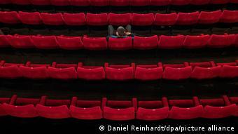 Άγνωστο πότε και υπό ποιες συνθήκες θα ανοίξουν και πάλι τα σινεμά
