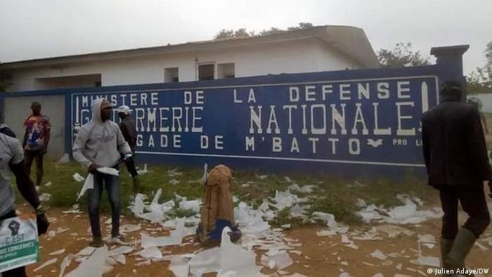 Dans plusieurs ville, comme ici à M'Batto, du matériel électoral a été détruit