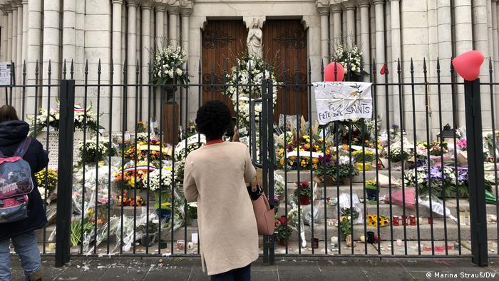 Basílica Notre-Dame, em Nice, repleta de flores em homenagem aos mortos no ataque