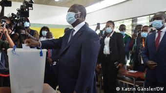 Alassane Ouattara a voté aubureau de Sainte-Marie d'Abidjan