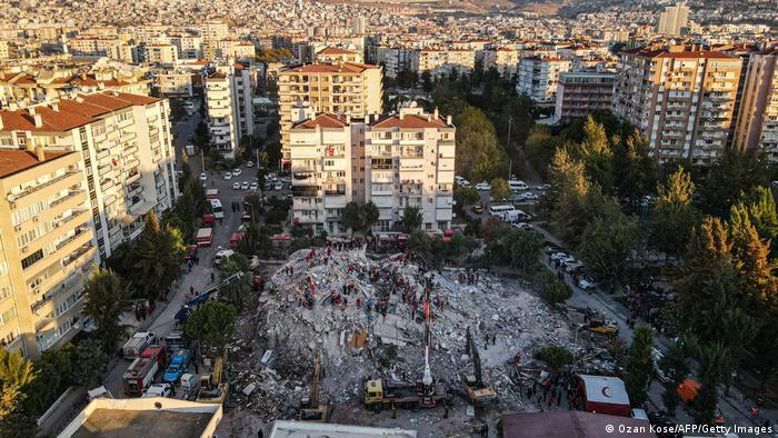 Luftaufnahme eines völlig zerstörten Gebäudes neben intakten Häusern (Ozan Kose/AFP/Getty Images)