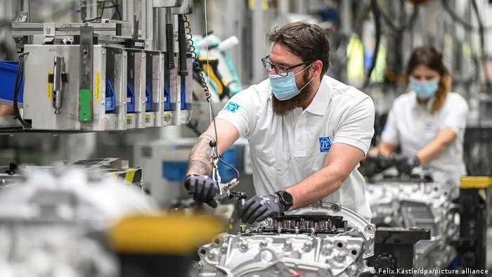 Производство коробок передач для грузовиков на заводе компании ZF Friedrichshafen