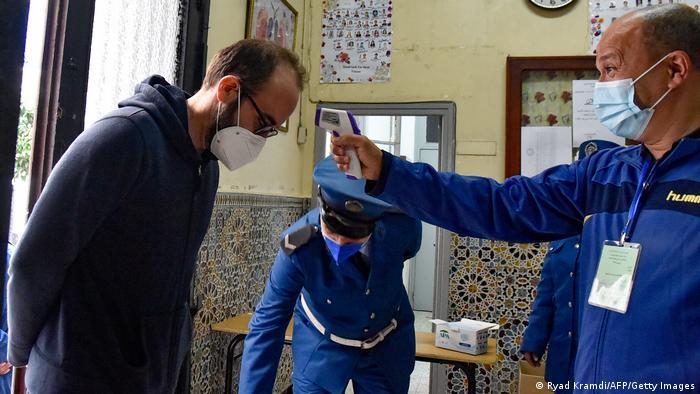Algerien Algiers   Referendum über Verfassung   Corona-Maßnahme (Ryad Kramdi/AFP/Getty Images)