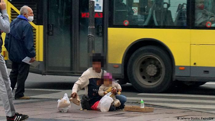 Нищий с ребенком на улице Белграда