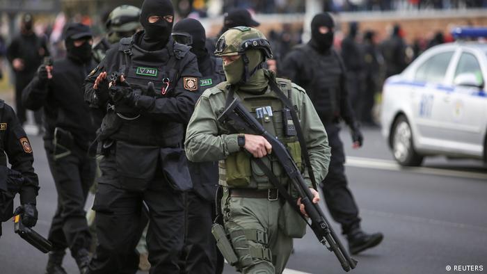 Белорусские силовики на разгоне одной из акций протеста в Минске