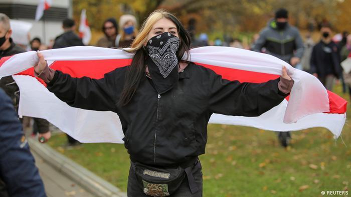 девушка с бело-красно-белым флагом на акции протеста в Минске