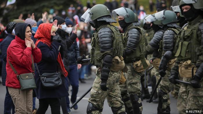 Demonstranten und Polizei stehen sich bei Protesten in Minsk im November 2020 gegenüber
