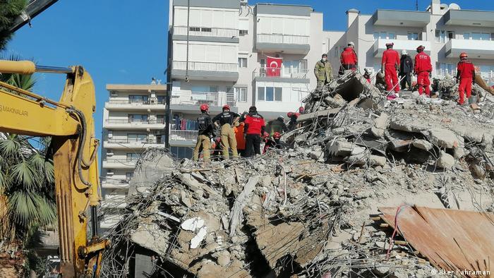 Rettungskräfte versuchen, Überlebende unter den Überresten eines Hauses zu finden