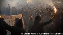 31.10.2020*** Spanien, Barcelona: Demonstranten versammeln bei Protesten gegen die Einschränkungen des öffentlichen Lebens wegen der Corona-Pandemie. Spanien ist eines der von der Corona-Krise am schwersten getroffenen Länder Westeuropas. Am Donnerstag hatte das Parlament der Verlängerung des Alarmzustandes - der dritthöchsten Notstandsstufe - bis zum 9. Mai zugestimmt. Foto: Emilio Morenatti/AP/dpa +++ dpa-Bildfunk +++ |
